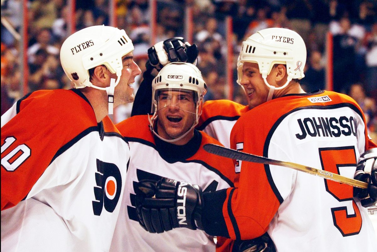 Mark Recchi (center) celebrates after a goal in a 2001 Flyers game.