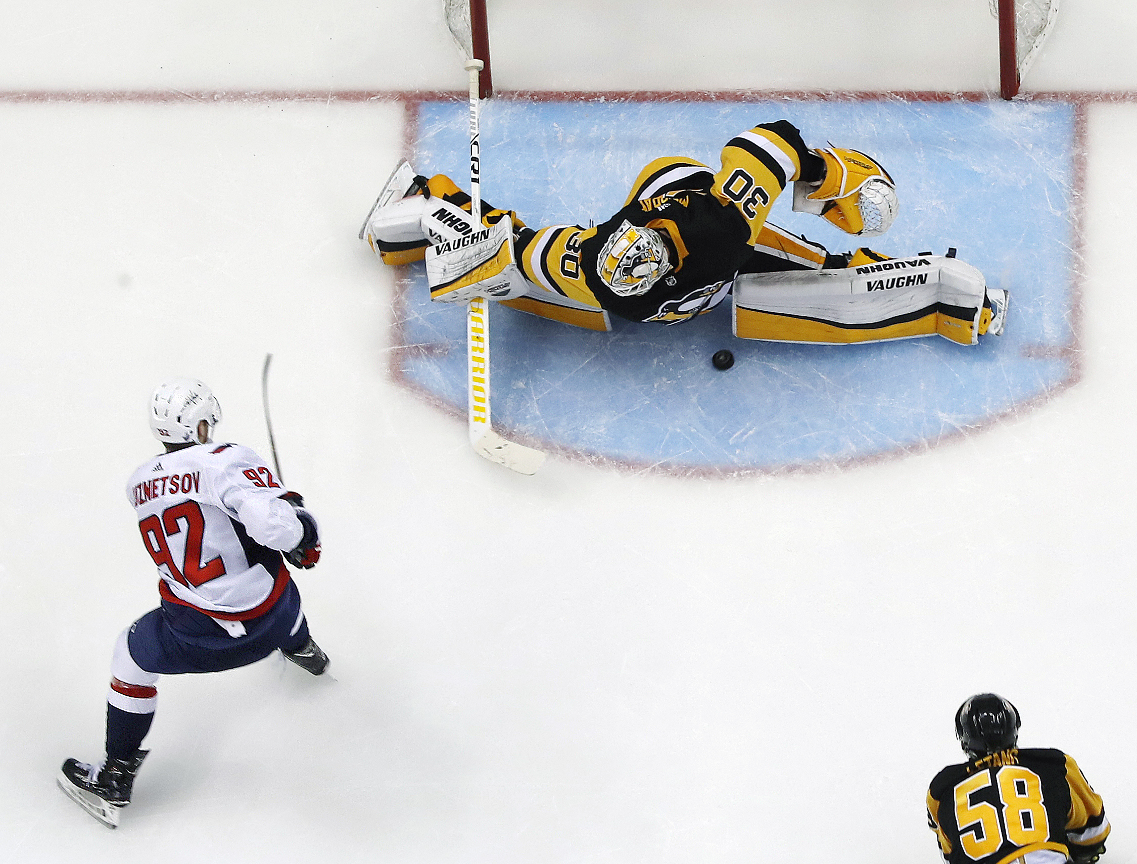 Capitals´ Evgeny Kuznetsov (left) gets the game-winning goal between the pads of Pittsburgh Penguins goaltender Matt Murray (center) during the overtime period of the Penguins Game 6 loss.