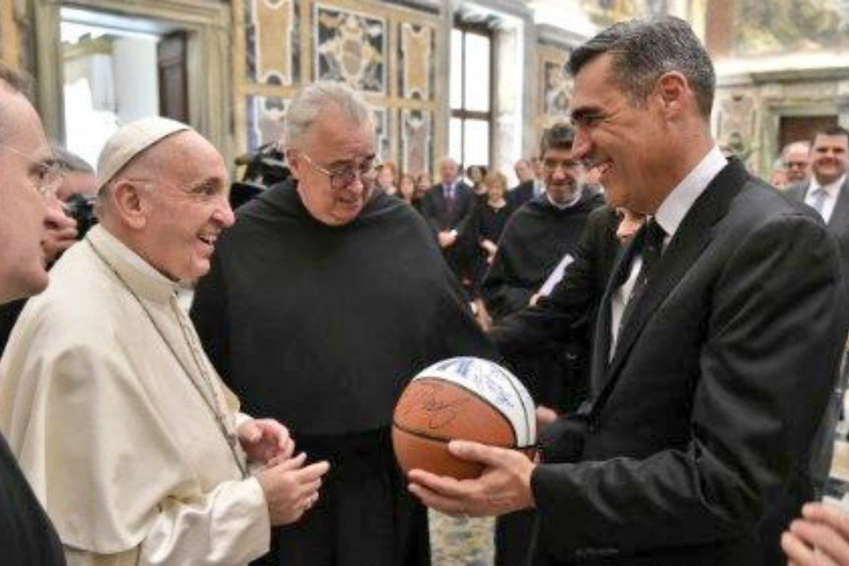 Pope Francis receiving the basketball autographed by the national-champion Villanova Wildcats from coach Jay Wright.