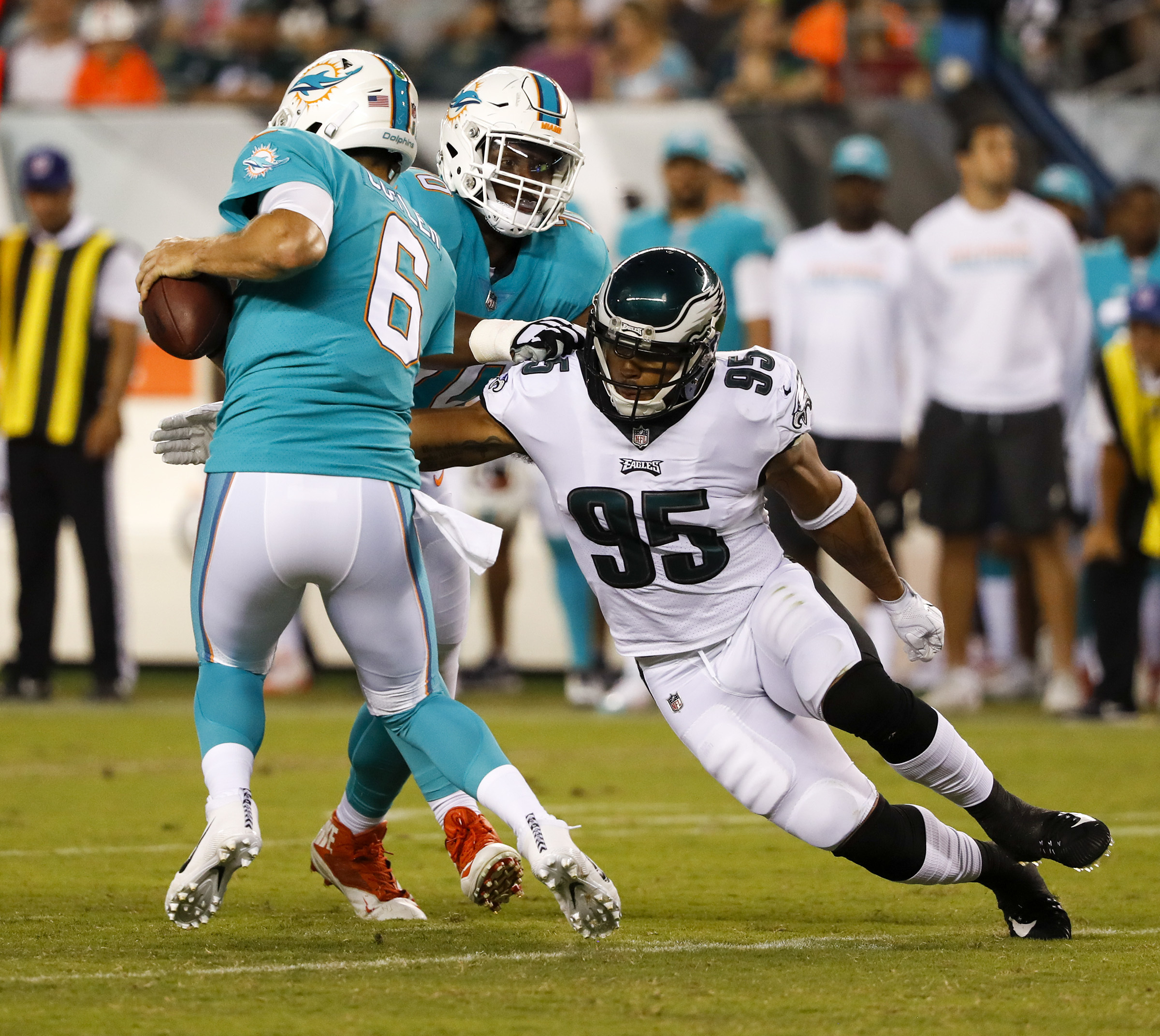 Mychal Kendricks goiong after Dolphins´ quarterback Jay Cutler in a preseason game last August.