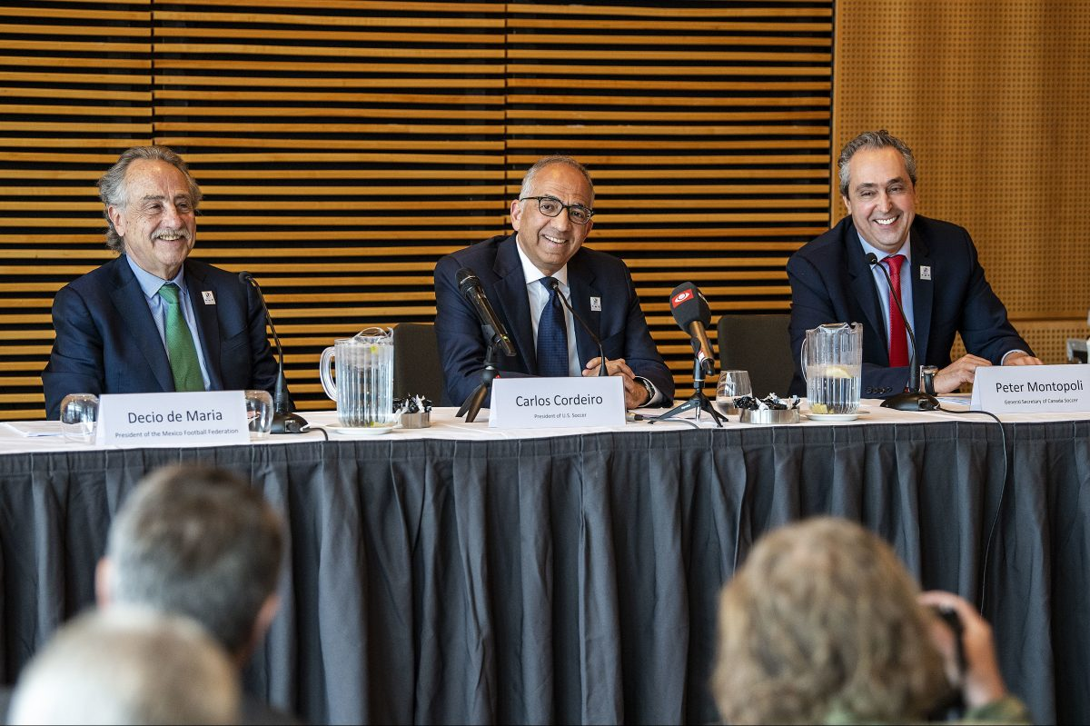 U.S. Soccer Federation president Carlos Cordeiro (center) is a co-chair of North America´s 2026 World Cup bid.