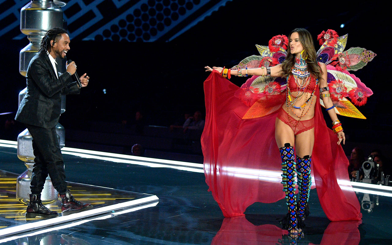 Victoria´s Secret model Alessandra Ambrosio on stage with musical guest Miguel during the 2017 Victoria´s Secret fashion show.