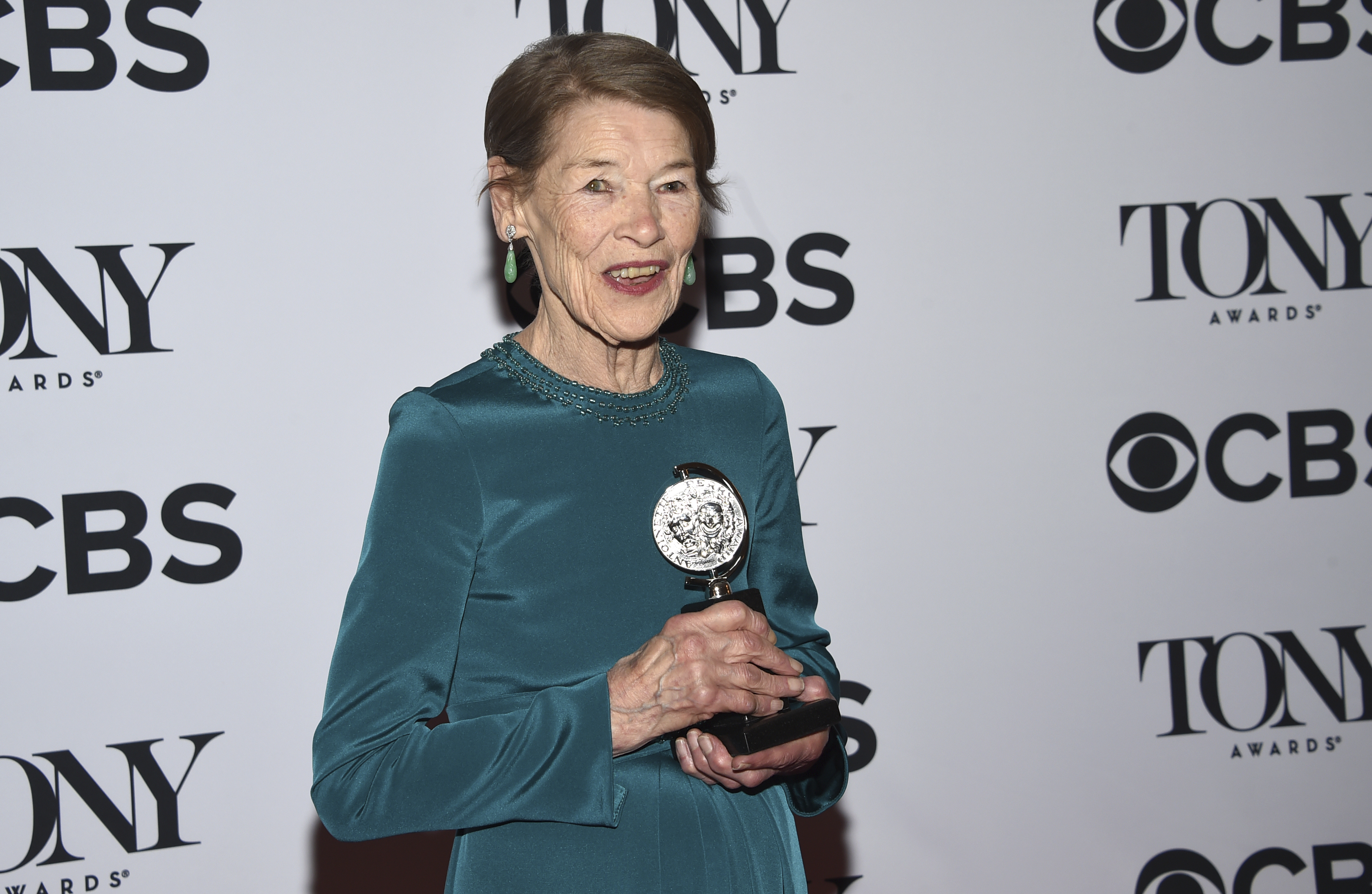 "Glenda Jackson poses in the press room with the award for leading actress in a play for ""Edward Albee´s Three Tall Women"" at the 72nd annual Tony Awards at Radio City Music Hall on Sunday, June 10, 2018, in New York. (Photo by Evan Agostini/Invision/AP)"
