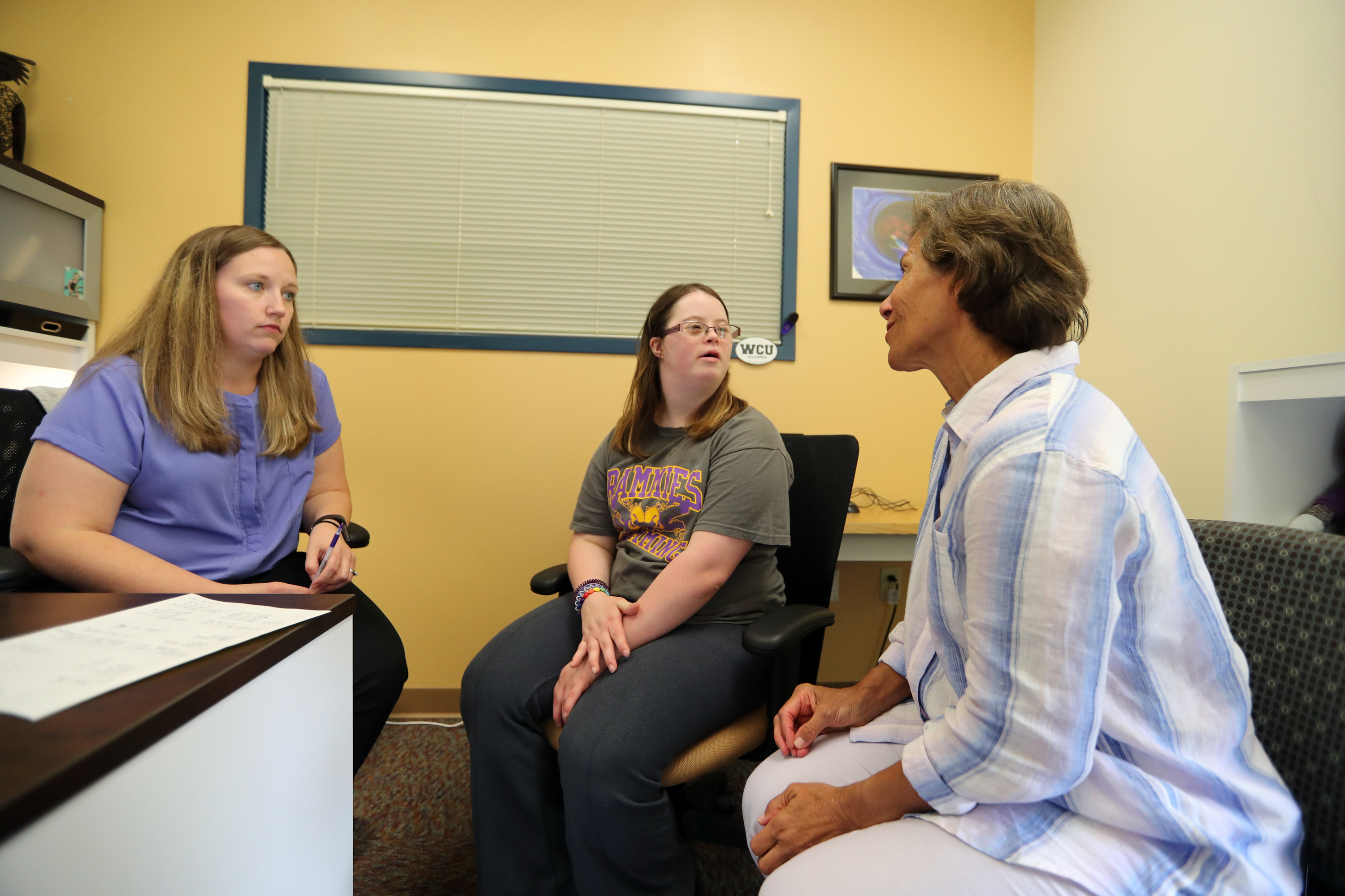Professor Monica Lepore (right) talks to Emily Scott (center) and Emily´s adviser Courtney Lloyd about orientation.