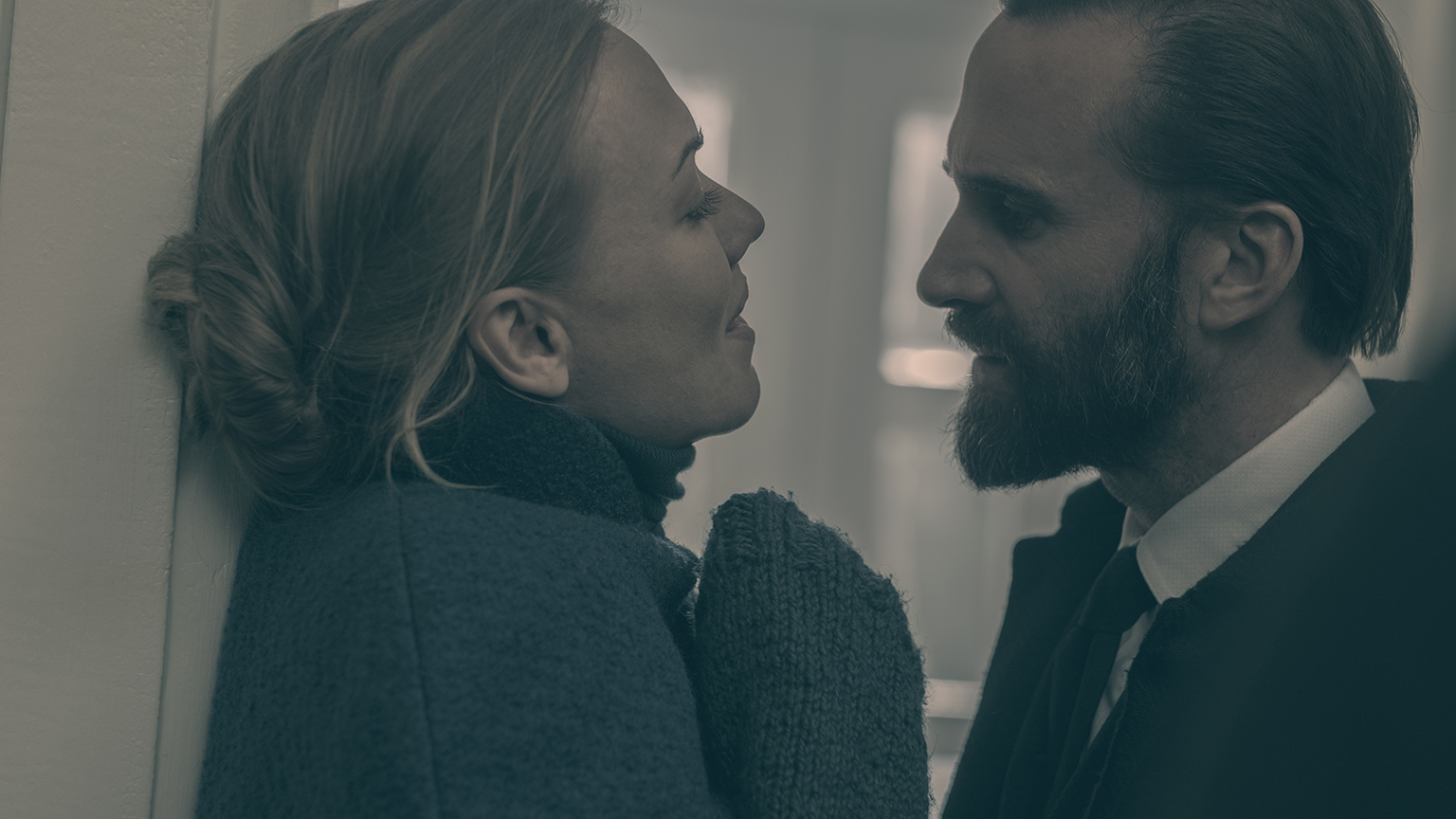"Yvonne Strahovski and Joseph Fiennes in ""The Handmaid´s Tale"""