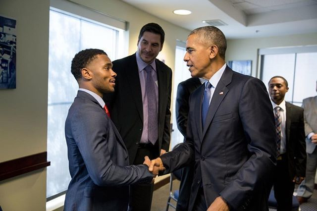 Quamiir Trice, then a student at Howard University, shakes President Barack Obama´s hand.