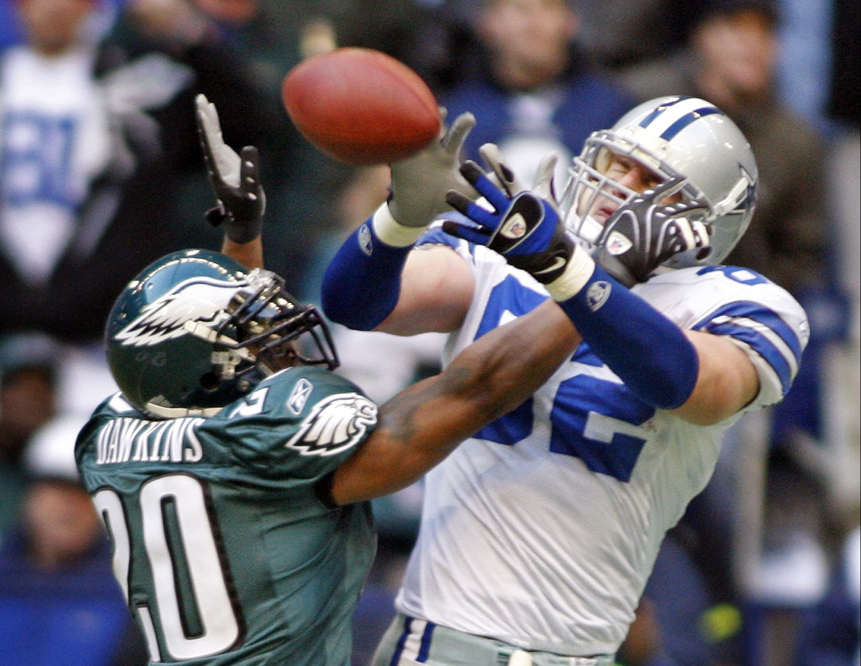 Brian Dawkins breaks up a pass in front of the Cowboys´ Jason Witten in a December 2007 game. The entire 2007 season was filled with xxxxxxxxx
