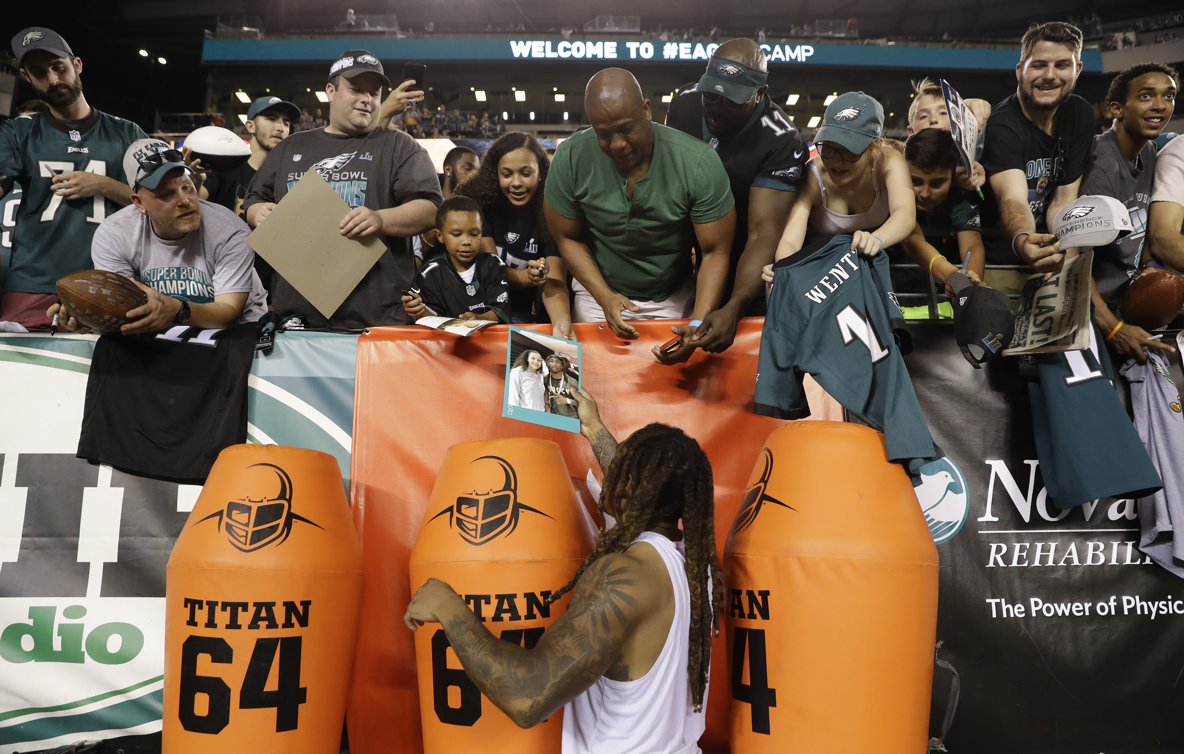 Eagles cornerback Ronald Darby meets with fans after Sunday´s open practice.