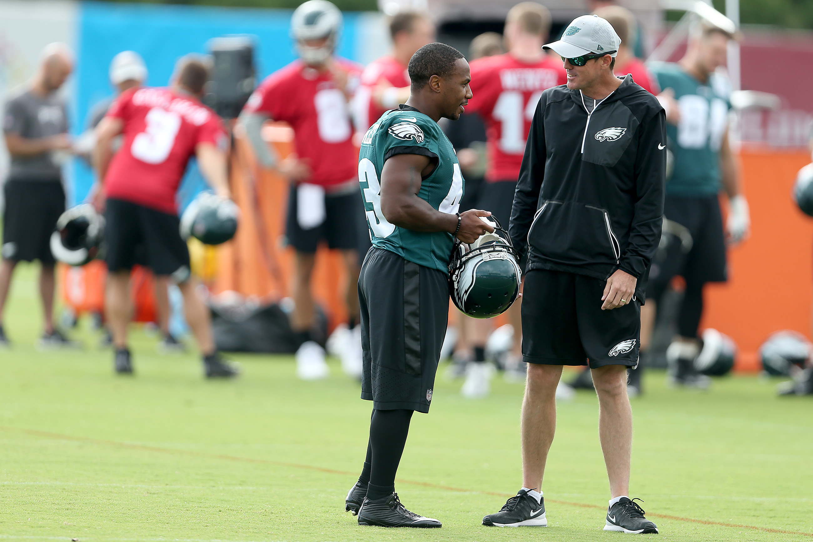Darren Sproles (left) chats with special teams coordinator Dave Fipp during Tuesday´s practice.