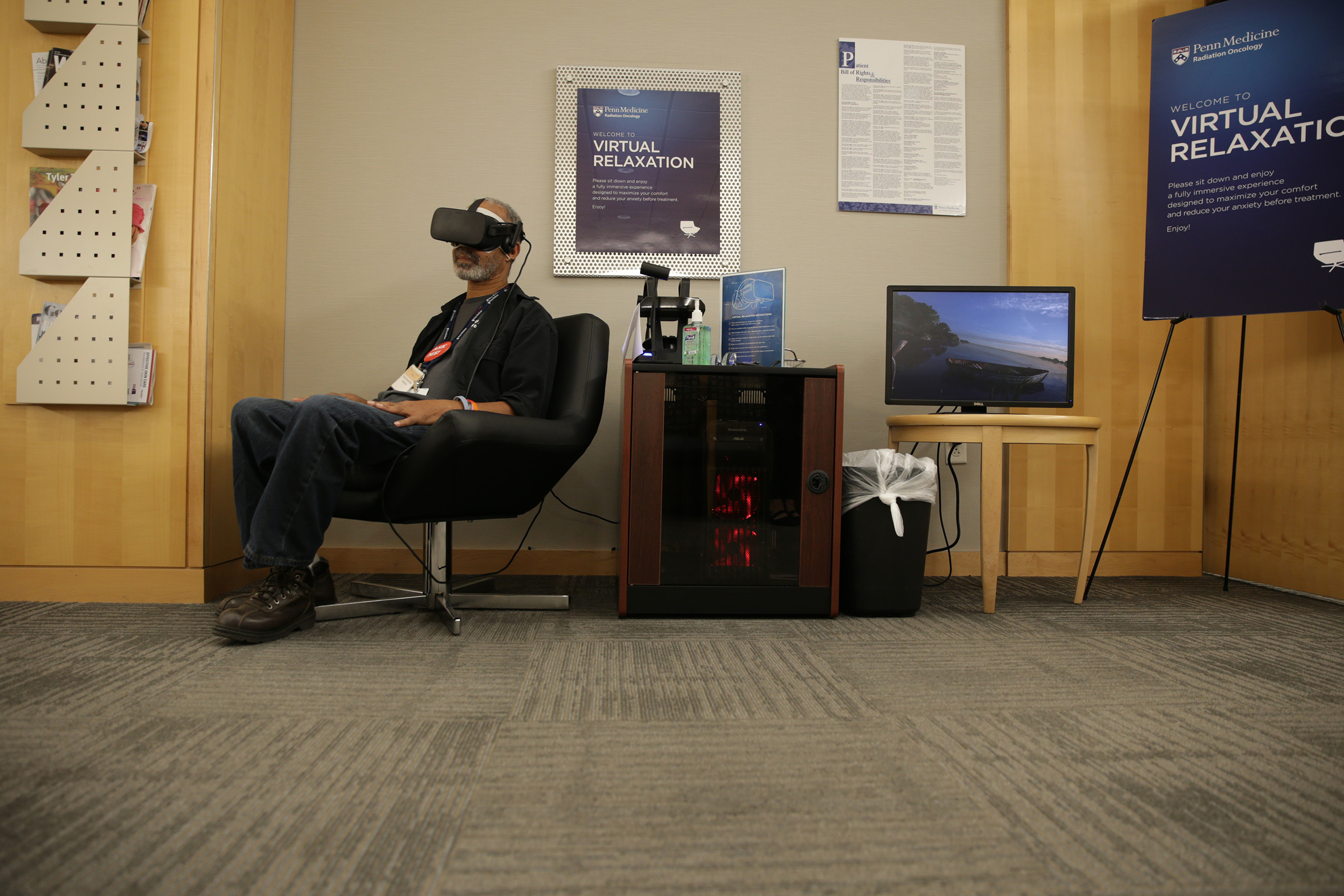 Michael Kent, an alumni patient uses the virtual reality relaxation station at the Roberts