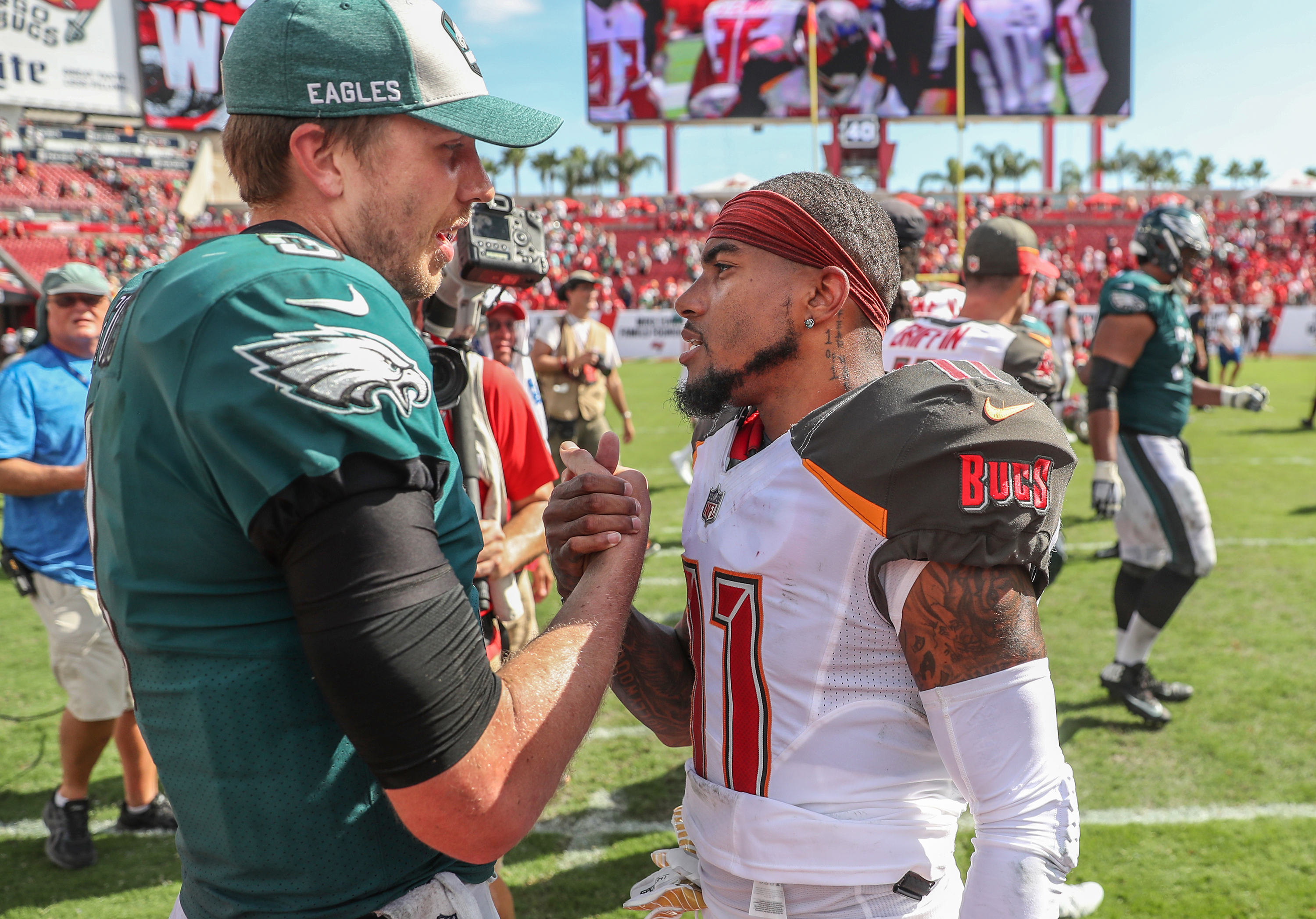 Nick Foles greets former Eagles teammate DeSean Jackson after Jackson´s Buccaneers beat Foles and the Eagles on Sunday.