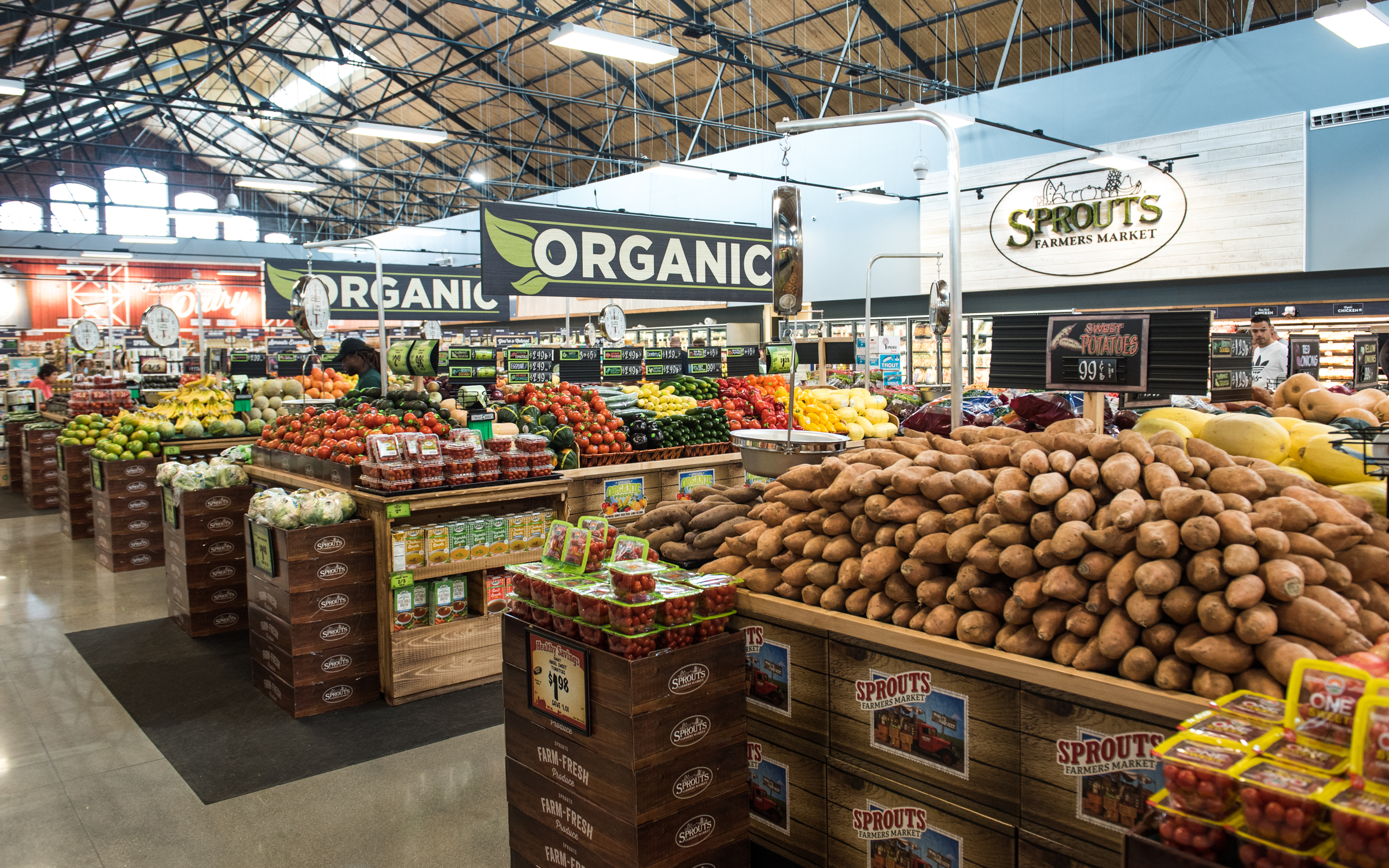 Sprouts´ places produce at the center of every store. In Philadelphia, find a wide selection of affordable fruits and veggies, alongside tons of organic options.