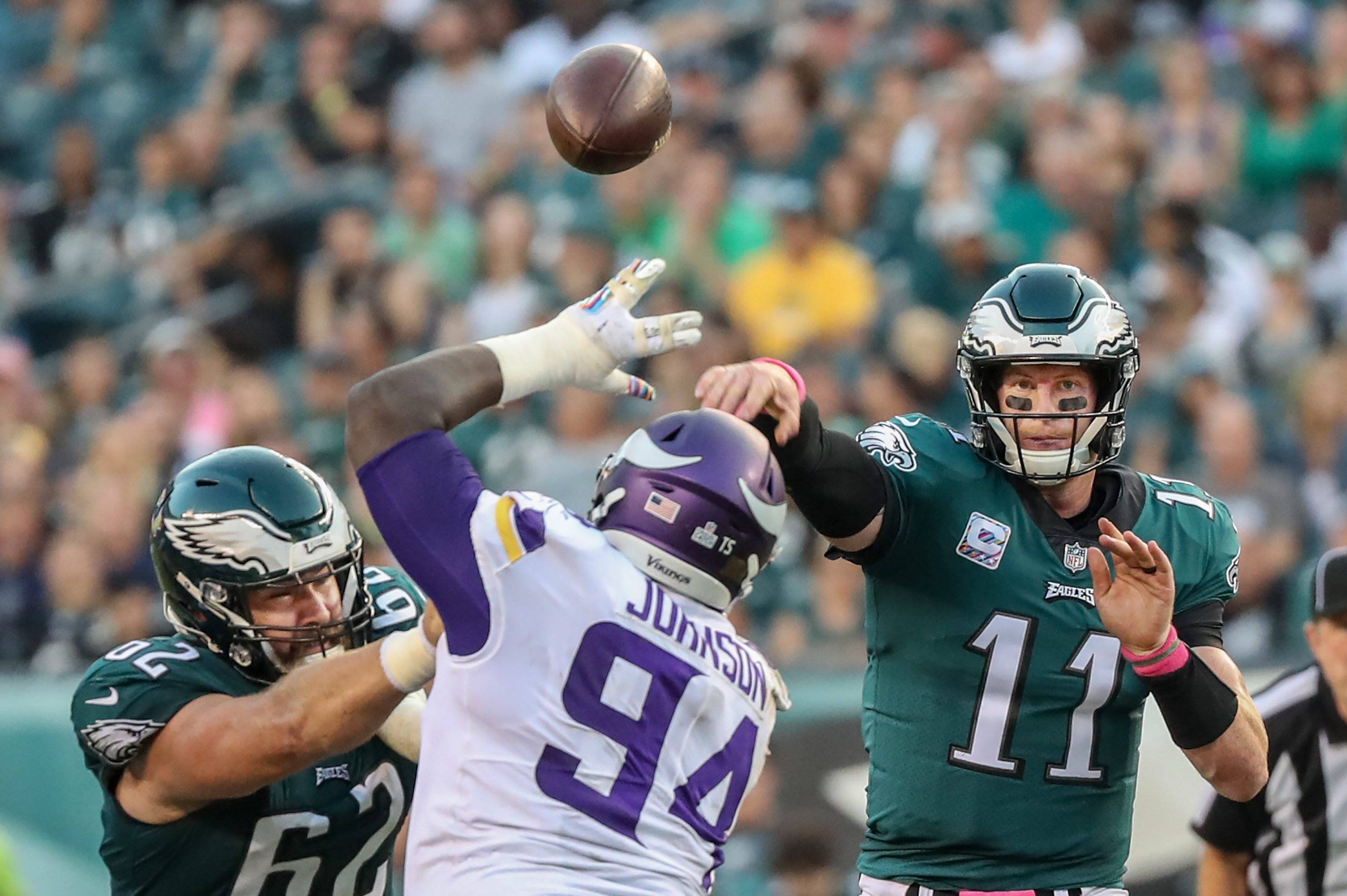 Jason Kelce (left) does his best to keep the Vikings´ Jaleel Johnson away from Eagles quarterback Carson Wentz.