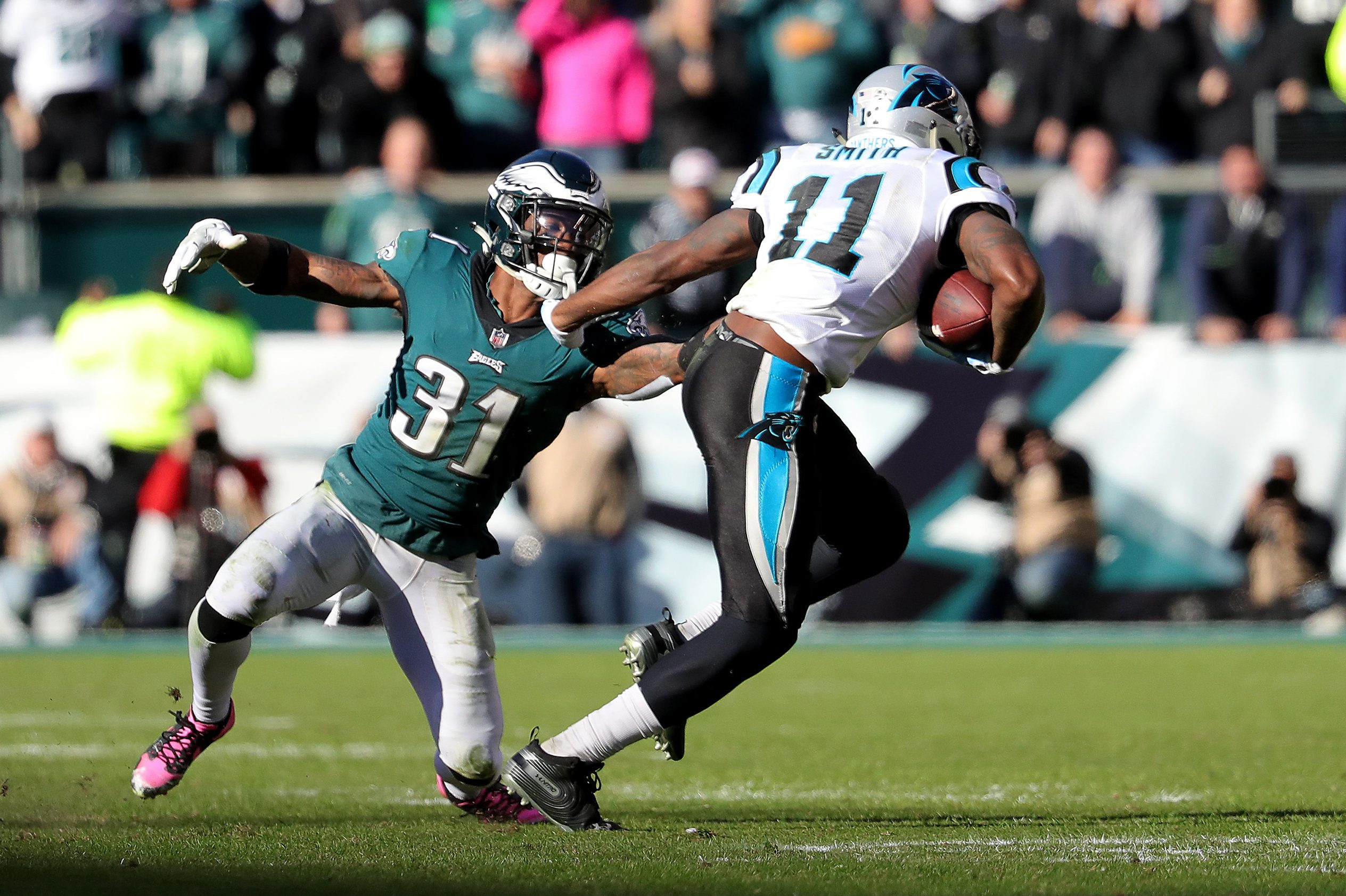 Jalen Mills (left) cannot take down the Panthers´ Torrey Smith on Carolina´s game-winning drive in the fourth quarter.