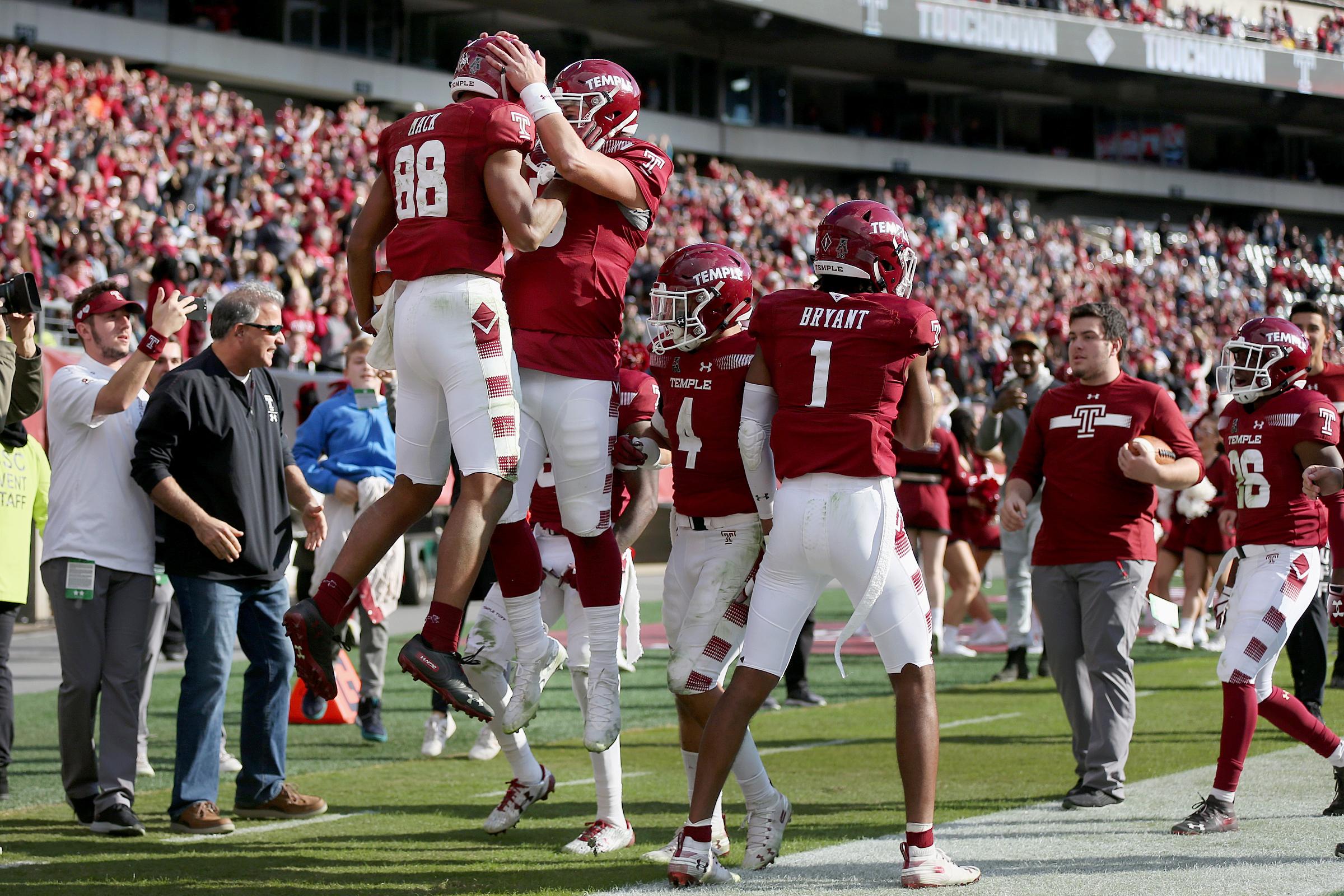 Temple wide receiver Branden Mack (88) and quarterback Anthony Russo (15) celebrate after Mack scored a touchdown against Cincinnati in the fourth quarter.