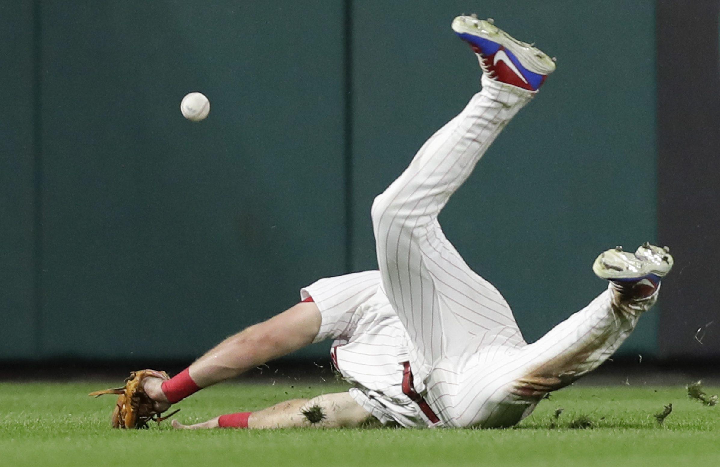 Phillies left fielder Rhys Hoskins tries to catch Chicago Cubs Daniel Murphy´s seventh-inning hit on Friday, August 31, 2018. YONG KIM / Staff Photographer