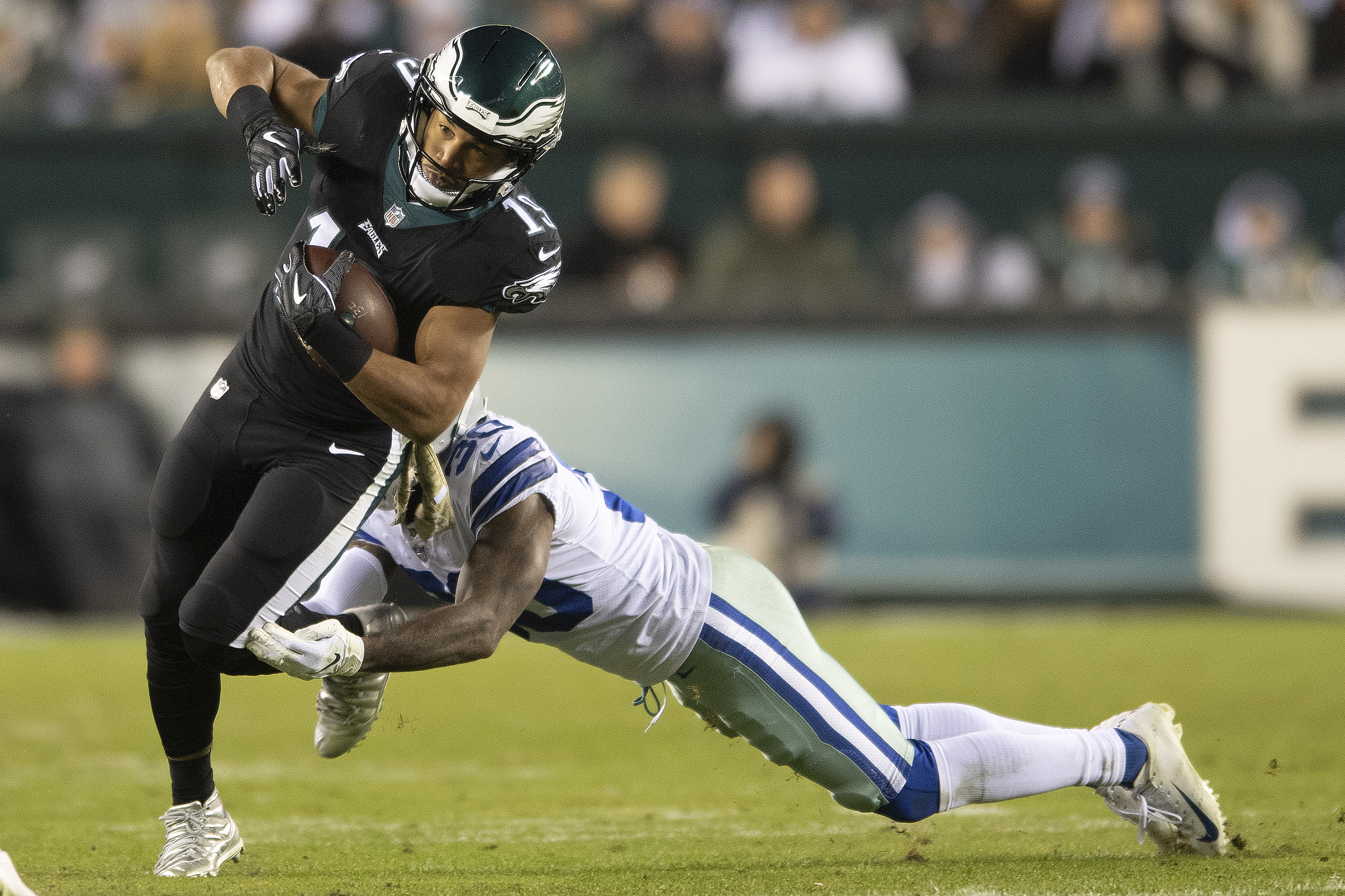 Golden Tate breaks a tackle by the Cowboys´ Anthony Brown during the third quarter.