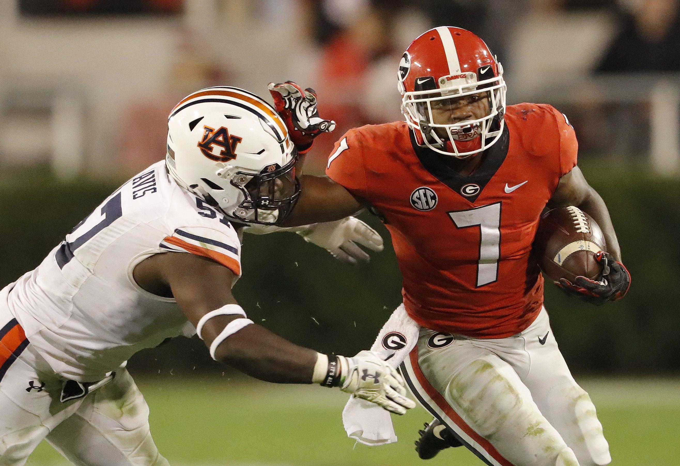 Georgia´s D´Andre Swift (7) fending off Auburn linebacker Deshaun Davis during the second half Saturday.