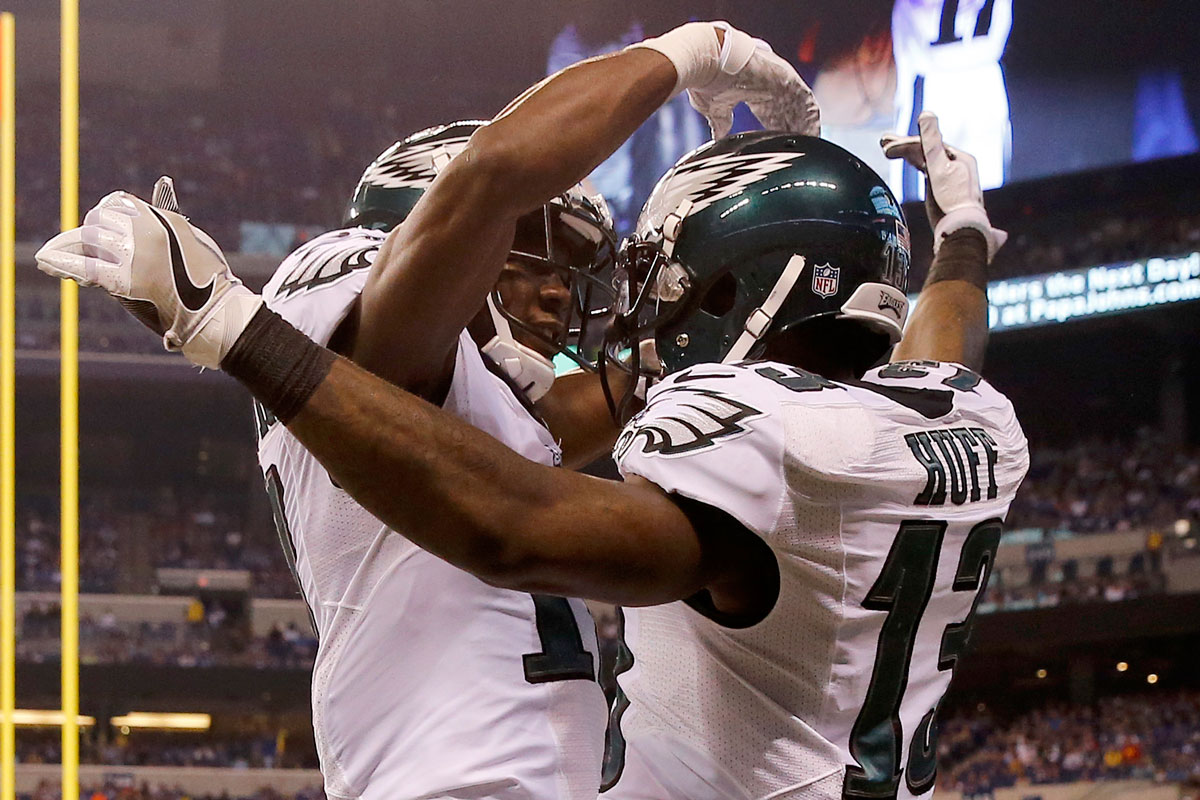 The Eagles´ Josh Huff (right) celebrates his second-quarter touchdown with teammate Nelson Agholor.