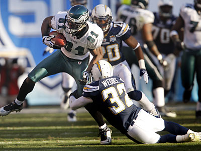 Eagles wide receiver Jason Avant makes the catch against the Chargers during Sunday´s loss. (Ron Cortes / Staff Photographer)
