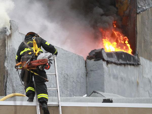 Firefighters battle a fire.  ( DAVID SWANSON / Staff Photographer )
