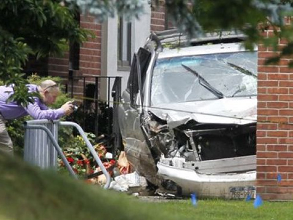 An investigator photographing an SUV that killed three women after the driver got a flip-flop tangled in the gas pedal in Voorheesville, N.Y. in August 2011. (Associated Press photo)