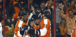 The Flyers celebrates Danny Briere´s goal Saturday against the Kings. (Ron Cortes, staff photographer)