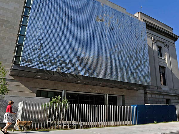 """""""Shimmer Wall"""" by California artist Ned Kahn is at the pavilion´s Race Street entrance. An assembly of 12,500 hinged aluminum panels that move in the wind, it is designed to create a visual representation of the sky, wind, and other natural elements. (Tom Gralish/Staff Photographer)"""
