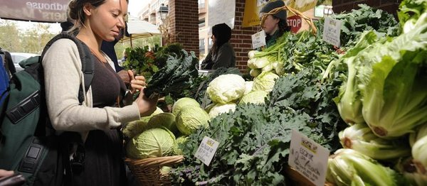 "Headhouse Farmers´ Market at <b><u><a href=""https://www.google.com/maps/place/Lombard+St+%26+S+2nd+St/@39.9421802,-75.145556,17z/data=!3m1!4b1!4m2!3m1!1s0x89c6c89a2c19f2e3:0x3f0beefb9e0987ee"">Second and Lombard</a></u></b> is the biggest outside market in the city. It is open 10 a.m. to 2 p.m. Sundays.  (Photo by Albert Yee)"