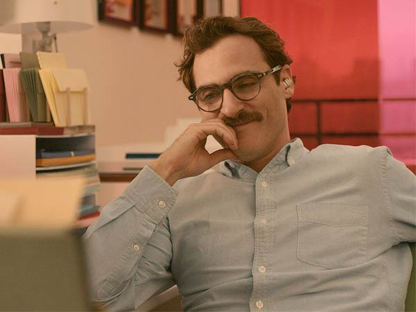 Joaquin Phoenix´s character develops a relationship with the voice of his computer´s operating system. Warner Bros. Pictures.