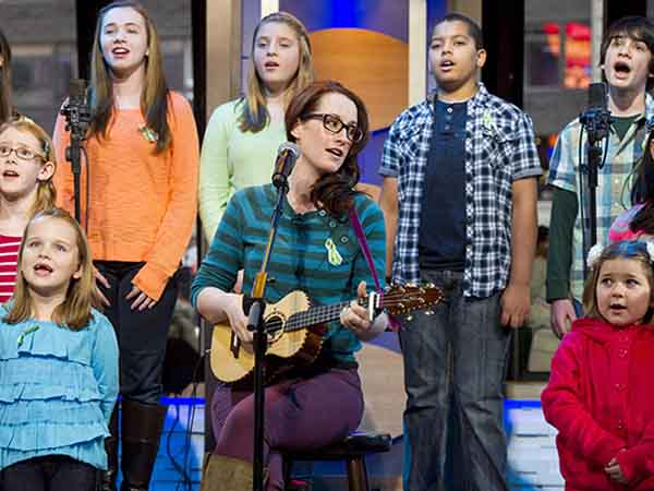 "Ingrid Michaelson accompanied by children from Newtown, Conn. and Sandy Hook Elementary school perform ""Somewhere Over the Rainbow"" on ABC´s ""Good Morning America"" on Tuesday, Jan. 15, 2013 in New York. (Photo by Charles Sykes/Invision/AP)"