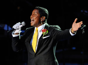 photo courtesy of AP. Jermaine Jackson performing at his brother, Michael´s funeral with his musical and fashionable tribute.