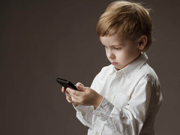 He was in for a surprise when he was playing with his mother´s cellphone. (iStock)