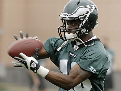 Jeremy Maclin catches a pass during Eagles practice at the NovaCare Complex on June 3. (David Maialetti / Staff Photographer)