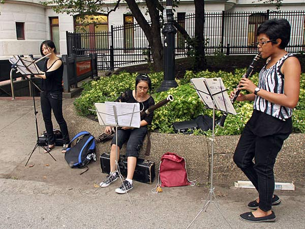 Protest song: Julia Masterman High School seniors (from left) Gloria Yuen, Tracy Nguyen and Doreen McNeill play for passers-by yesterday in the City Hall courtyard. The students showcased their talents as a demonstration against proposed cuts to the school district´s arts and music programs. (Yong Kim/Staff)