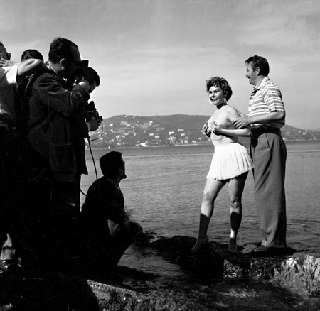 That´s starlet Simone Sylva and American bad boy Robert Mitchum posing for photographers at Cannes in the 1950s.