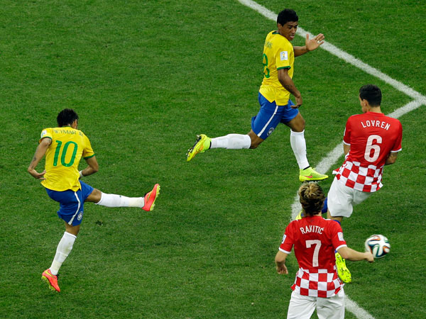 Brazil´s Neymar, left, scores his side´s first goal during the group A World Cup soccer match between Brazil and Croatia, the opening game of the tournament, in the Itaquerao Stadium in Sao Paulo, Brazil, Thursday, June 12, 2014.