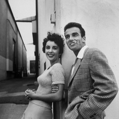 Najbolji glumački par? Peter-stackpole-elizabeth-taylor-and-montgomery-clift-posing-together-outside-at-paramount-studios