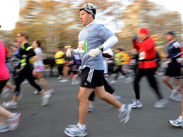 Runners take off down the Benjamin Franklin Parkway for 17th annual Philadelphia Marathon in Philadelphia, Sunday, Nov. 21, 2010.  (AP Photo/Barbara Johnston)