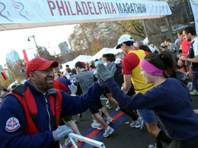 Mayor Nutter gives runners a high-five at last year´s Philadelphia Marathon.