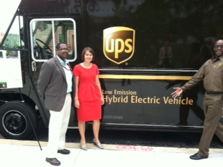 UPS fleet manager James Bright (left), city sustainability coordinator Katherine Gajewski and UPS community relations coordinator with one of the company´s hybrid trucks at today´s Greenworks event.