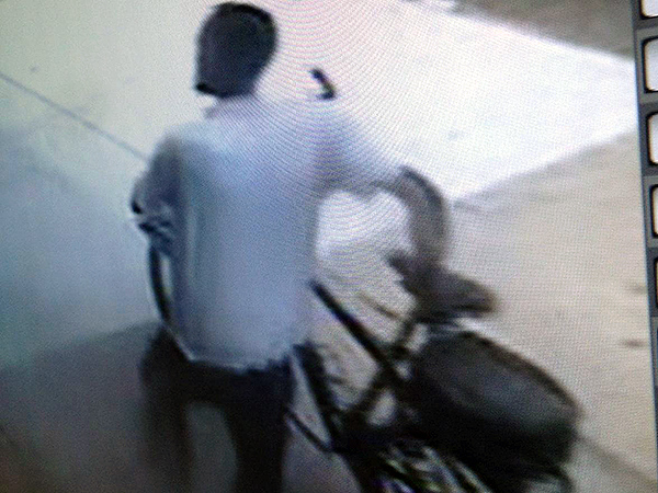 Surveillance footage shows a suspect stealing a police officer´s bicycle in South Philadelphia.