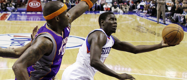 Jrue Holiday eludes the Suns´ Jermaine O´Neal Sunday (AP / Matt Slocum)