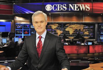 Scott Pelley sits in front of the new map that CBS is all excited about because it´s an exact replica of the original one that hung behind Walter Cronkite.