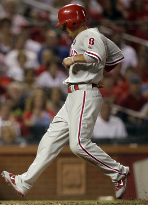Shane Victorino scores Phillies´ fourth run last Wednesday in St. Louis (AP Photo/Jeff Roberson)