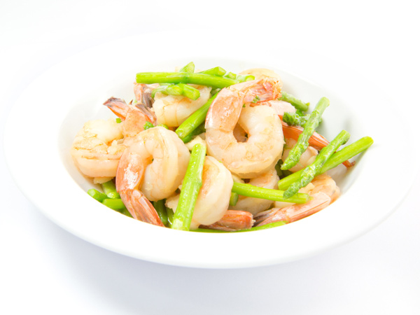 Sautéed asparagus and shrimp is one of the meals we chose for you to cook this week. It´s low-carb and only 240 calories!