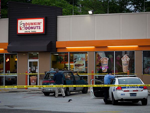 Philadelphia police investigate a shooting that left a man fatally wounded in a car in the parking lot of the Dunkin´ Donuts at North 10th Street and Girard Avenue on Thursday morning. ( ALEJANDRO A. ALVAREZ / STAFF PHOTOGRAPHER )