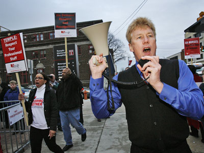 William Cruice, of the Pennsylvania Association of Staff Nurses & Allied Professionals, leads a chant shortly after nurses walked off the job at Temple University Hospital. (Alejandro A. Alvarez / Staff Photographer)