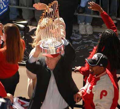 Phillies´ Pat Gillick hoists the World Series trophy as Mayor Nutter looks on.