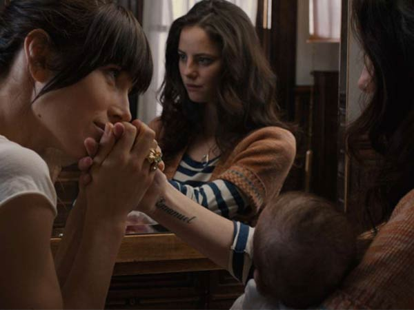 Jessica Biel plays a single mom who moves in next door to the title character, played by Kaya Scodelario.